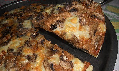 Pizza con crema di melanzane e funghi