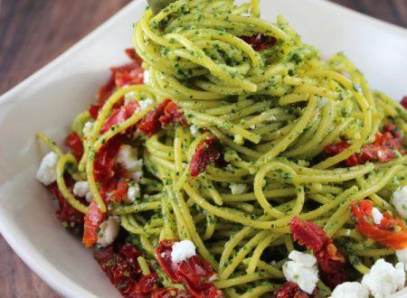 Spaghetti pesto, pomodorini e caprino