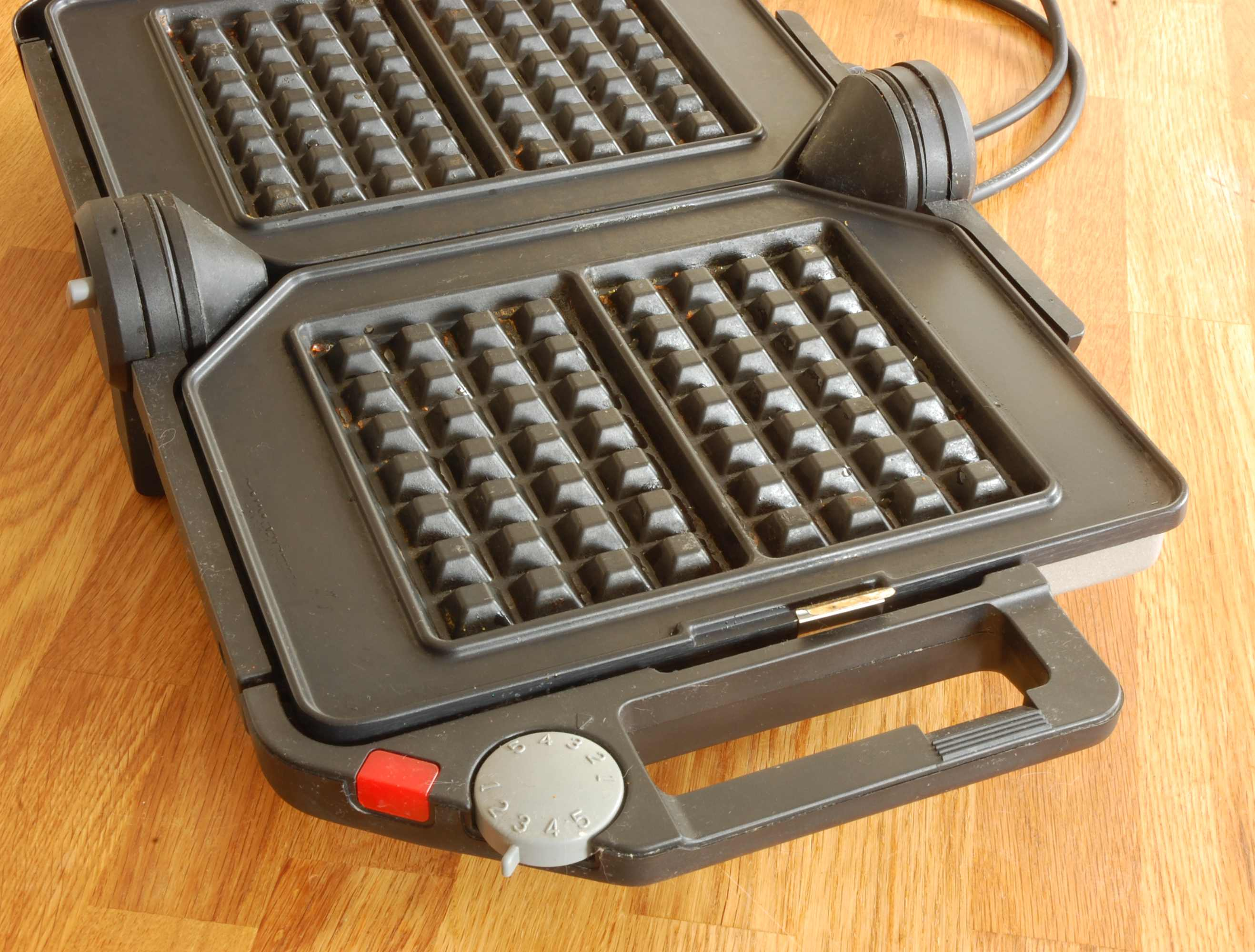 FriFri_Waffle_Iron_With_Brussels_Plate_In