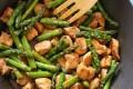 Bocconcini di pollo con asparagi