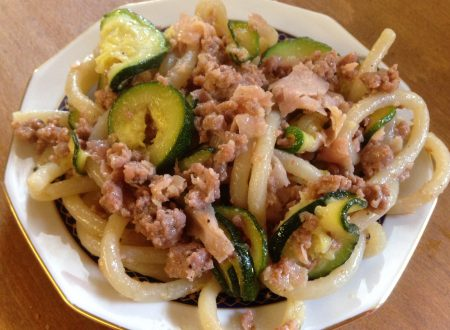 Pici con salsiccia prosciutto e zucchine