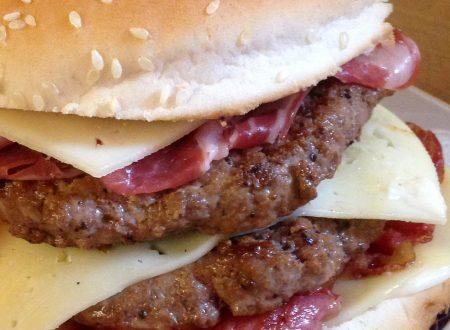 Hamburger gigante con fontina, pancetta croccante e salsiccia
