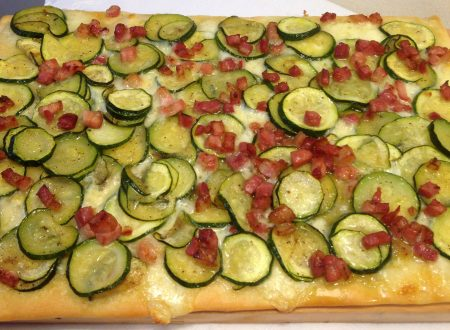 Focaccia con pancetta affumicata e zucchine
