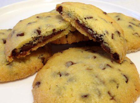 Cookies con gocce di cioccolato e cuor di Nutella