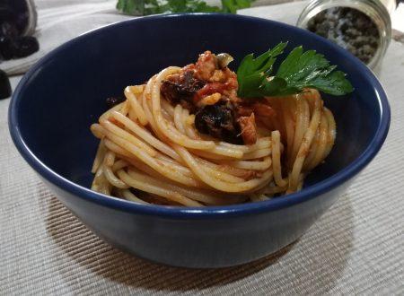 Spaghetti tonno olive nere e capperi