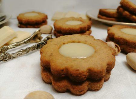Biscotti al pistacchio ripieni al cioccolato bianco