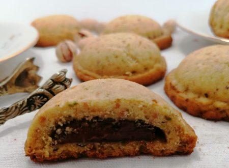 Biscotti di frolla al pistacchio con crema spalmabile alle nocciole