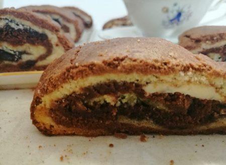 Crostata arrotolata bicolore ripiena ai due cioccolati