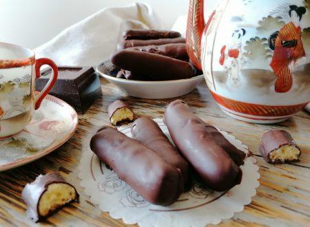 Bastoncini di frolla ricoperti di cioccolato