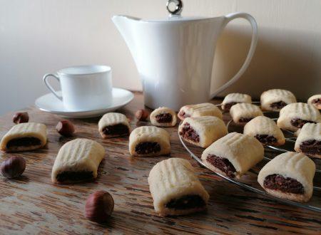 Biscotti ripieni alle nocciole e cioccolato
