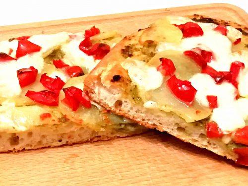 Pizza con pesto patate e pomodorini