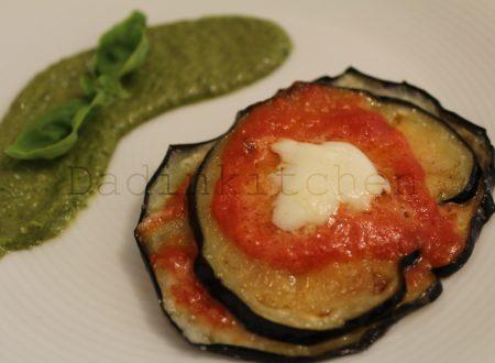 Piccola parmigiana con pesto di basilico