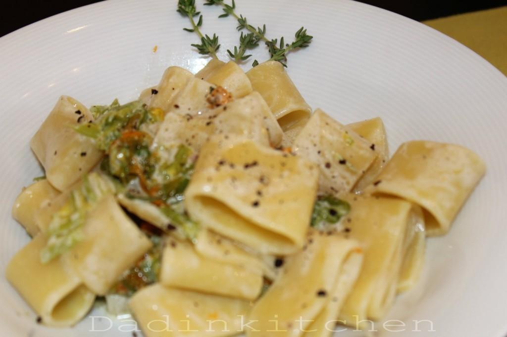 Calamarata con fiori di zucca acciughe e ricotta for Primi piatti cucina romana