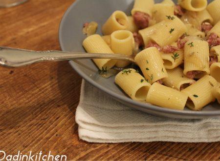 Pasta con cipolle bianche dolci salsiccia timo e semi di finocchio