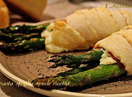 Fagottini di pasta sfoglia con asparagi ricotta e speck
