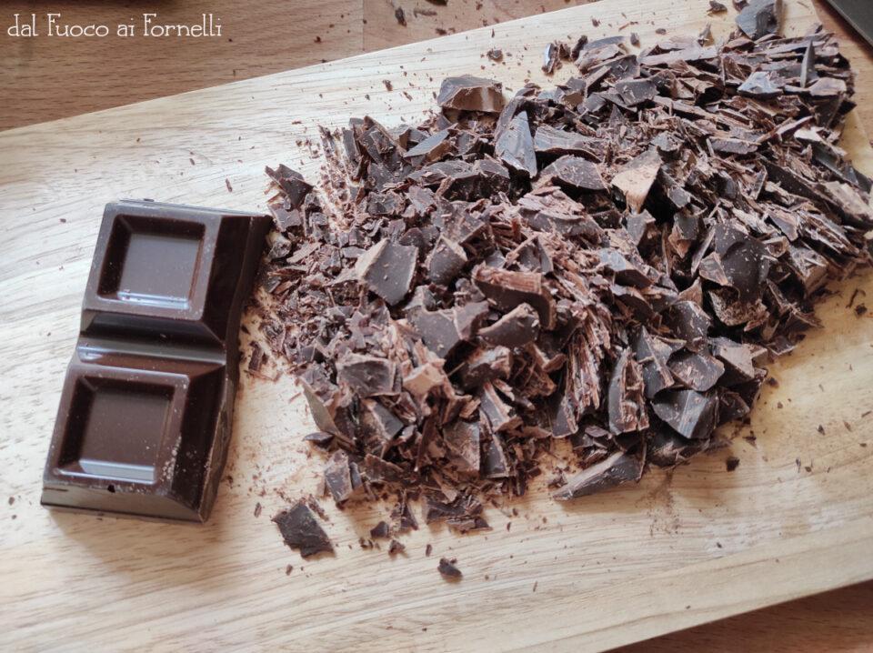 crostata con cioccolato, fragole e panna