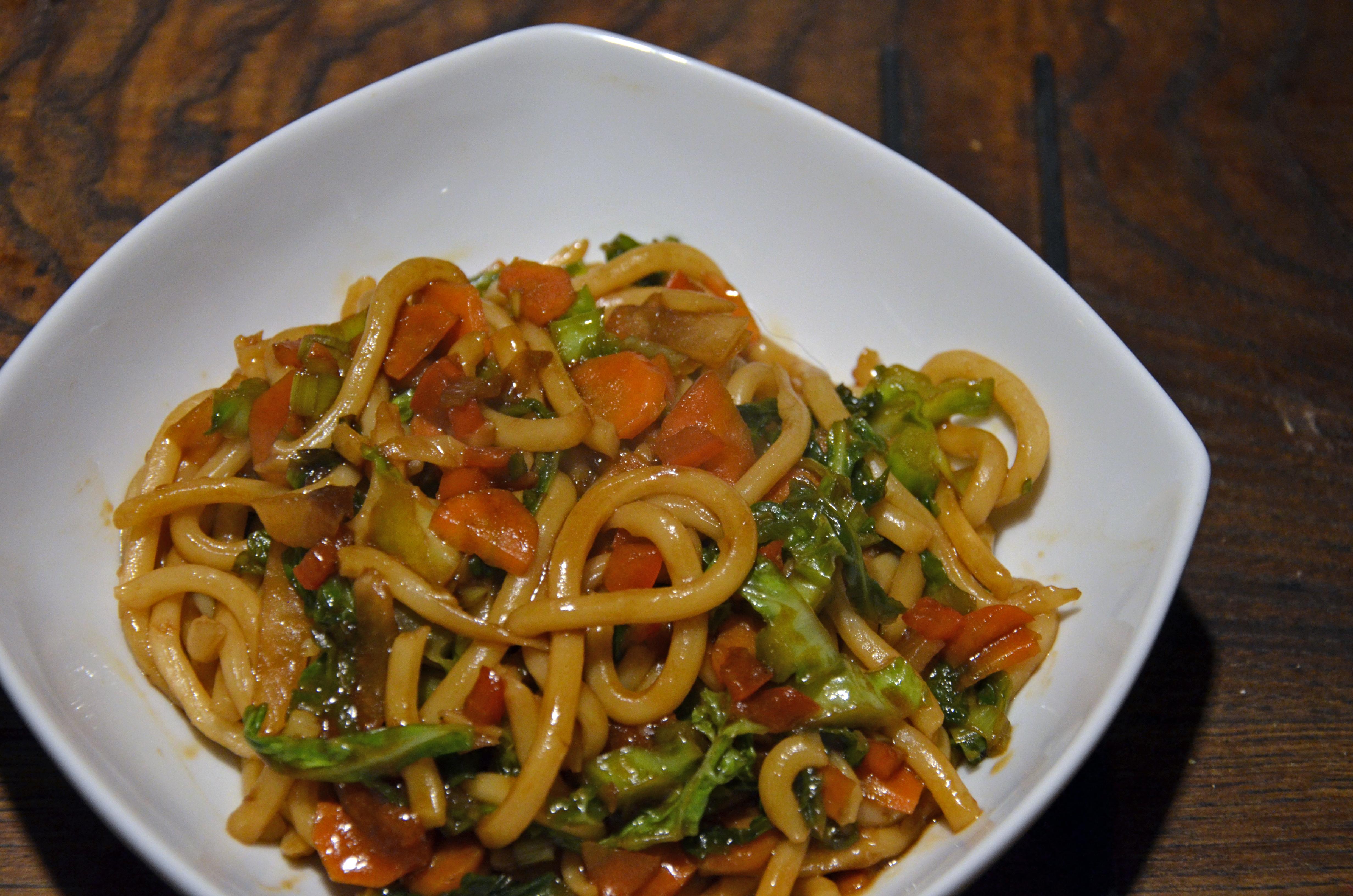 udon saltati con verdure croccanti