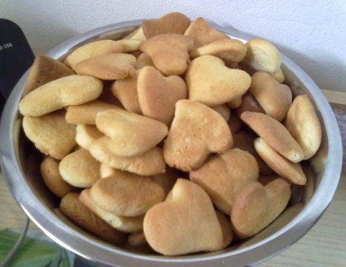 Biscotti da latte con burro e uova.