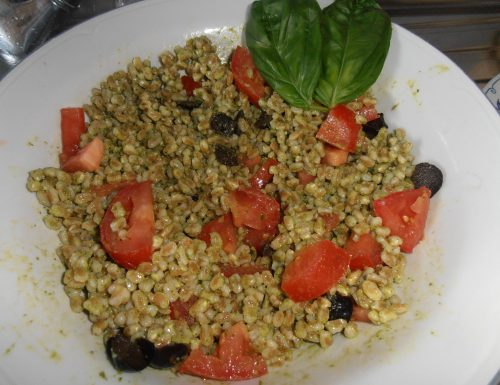 insalata di farro con pesto,pomodori ed olive