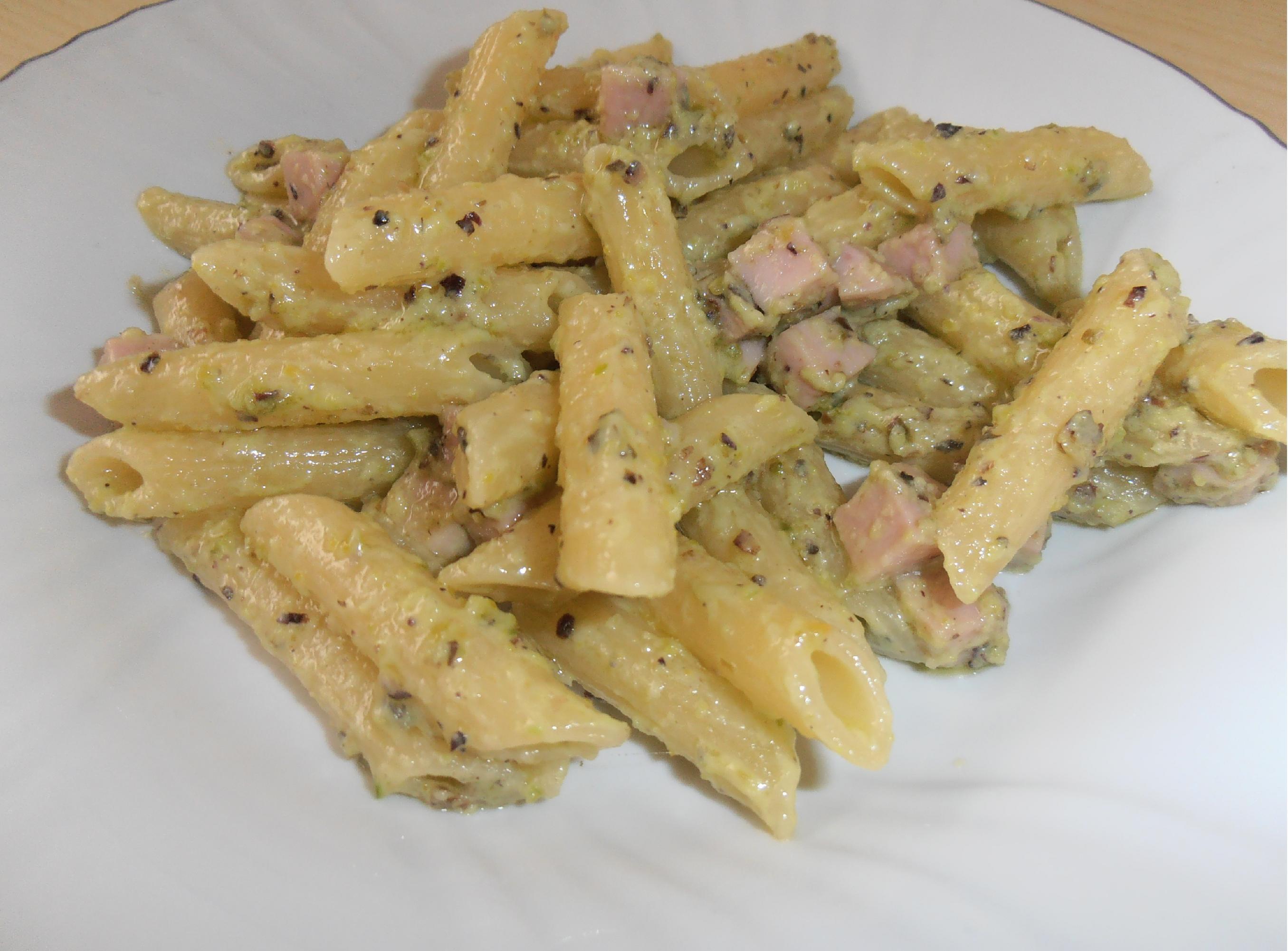 Penne al pesto di pistacchio e prosciutto