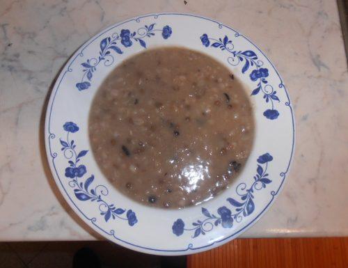 Zuppa di legumi e cereali al profumo di funghi