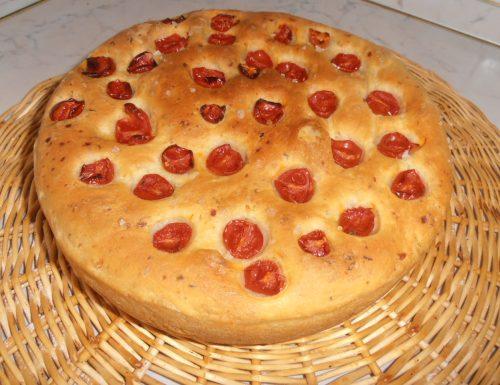Pane di patate con rosmarino e pomodorini