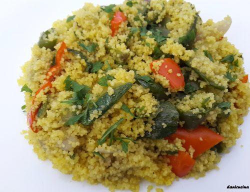 Cous cous al curry con peperoni e zucchine