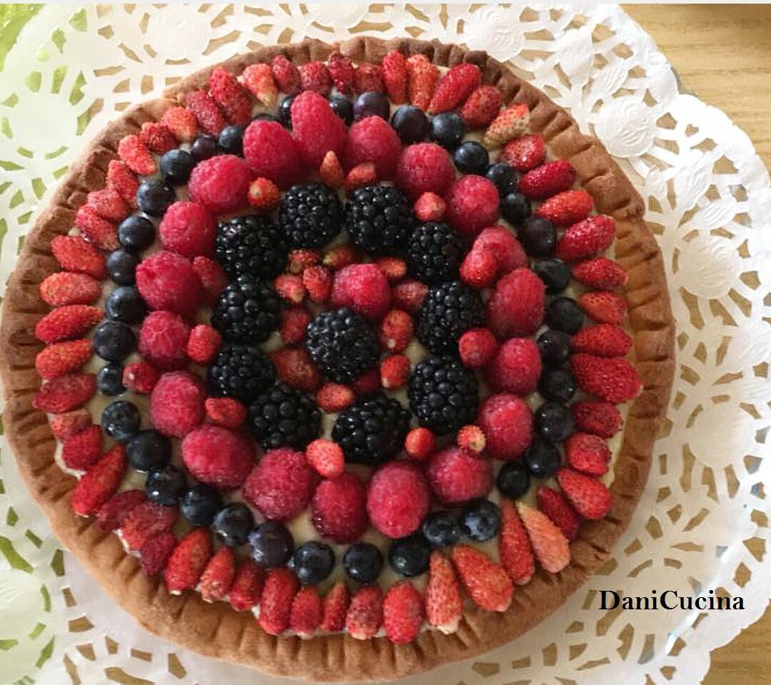 Crostata ai frutti di bosco con crema al cioccolato bianco