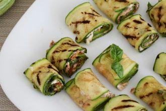 Involtini di zucchine grigliate con philadelphia e pomodori secchi