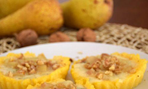 Crostatine di polenta con gorgonzola, noci e pere caramellate