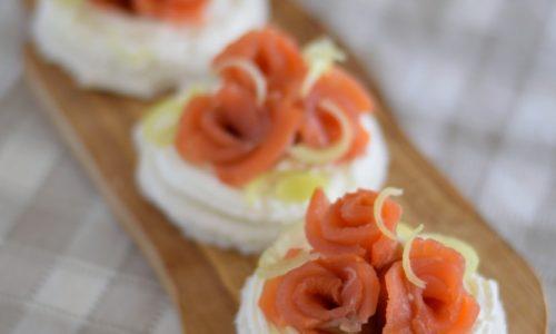 Tartine di trota salmonata affumicata
