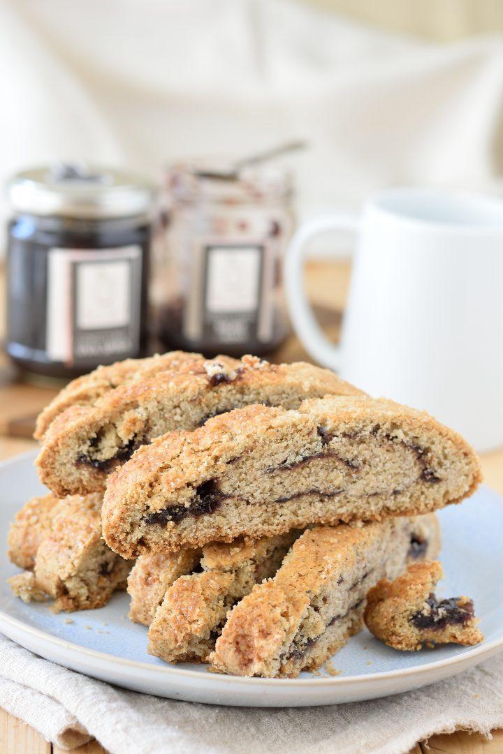 Biscotti arrotolati al grano saraceno e confettura di more