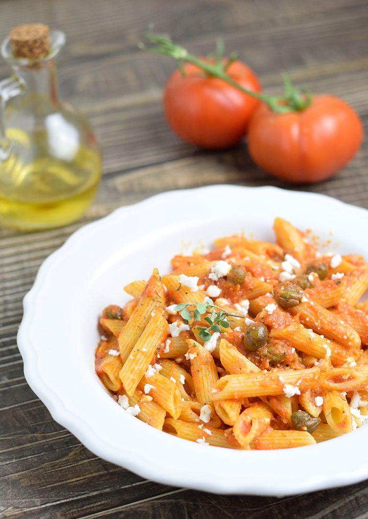 Pasta con Sugo di Pomodoro Olive Capperi e Feta