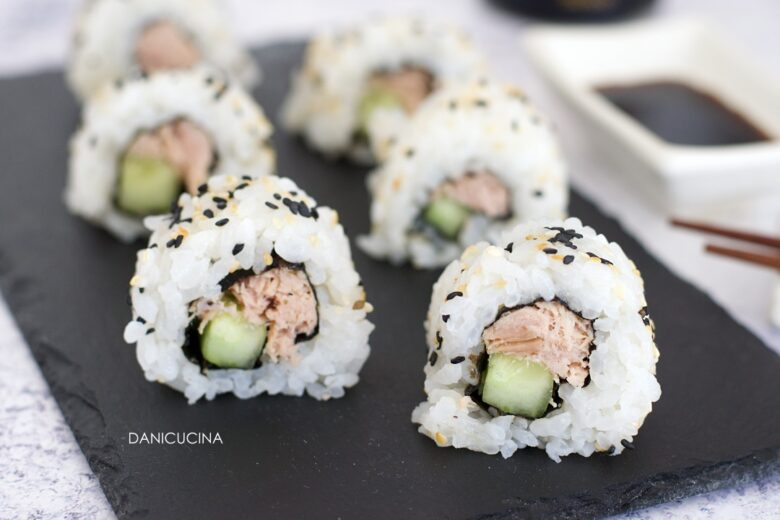 Uramaki con tonno in scatola fatti in casa (sushi con pesce cotto)