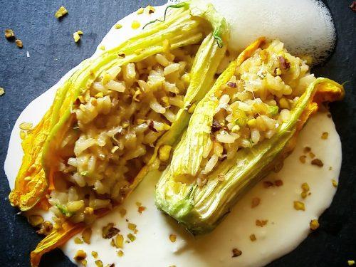 Fiori di zucchina ripieni ai cereali con fonduta di ricotta e aria di prezzemolo