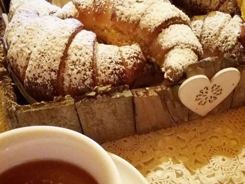 Croissant da colazione al latte condensato
