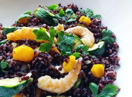 Insalata di riso venere, mazzancolle, zucchine e carote