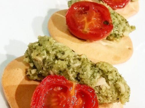 Gallette alla carlofortina con pesto, tonno e pomodorini caramellati