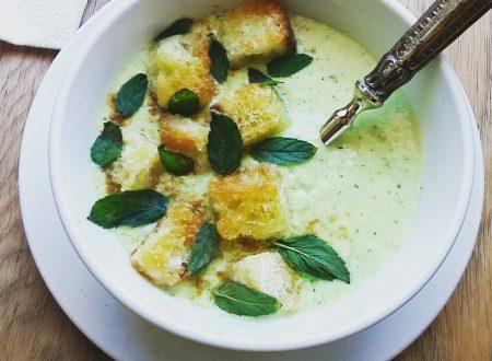 Vellutata di zucchine e yogurt greco con crostini e menta