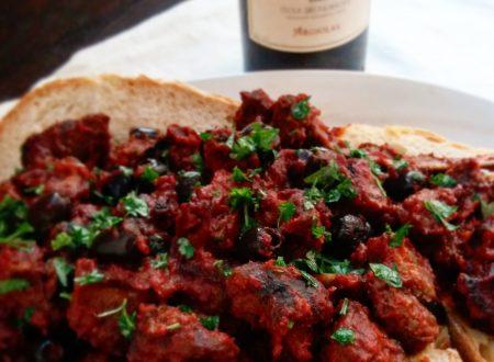 Cinghiale al vino rosso e olive nere su letto di civraxu