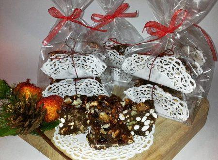 Barrette al cioccolato, nocciole e frutti rossi