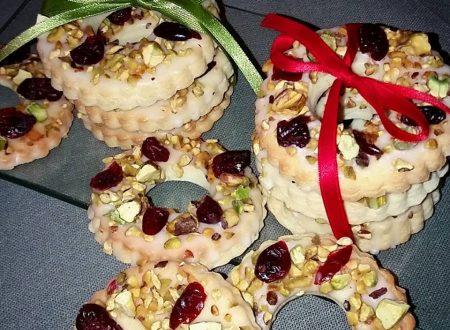 Biscotti al limone con pistacchi e frutti rossi