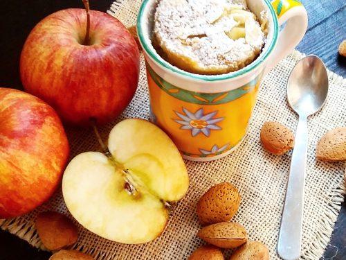 Mug cake alle mele e mandorle al profumo di cannella