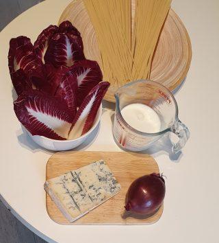 ingredienti pasta cipolla di tropea radicchio e gorgonzola
