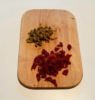 taglio olive e pomodori secchi