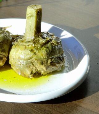 carciofo alla romana nel piatto