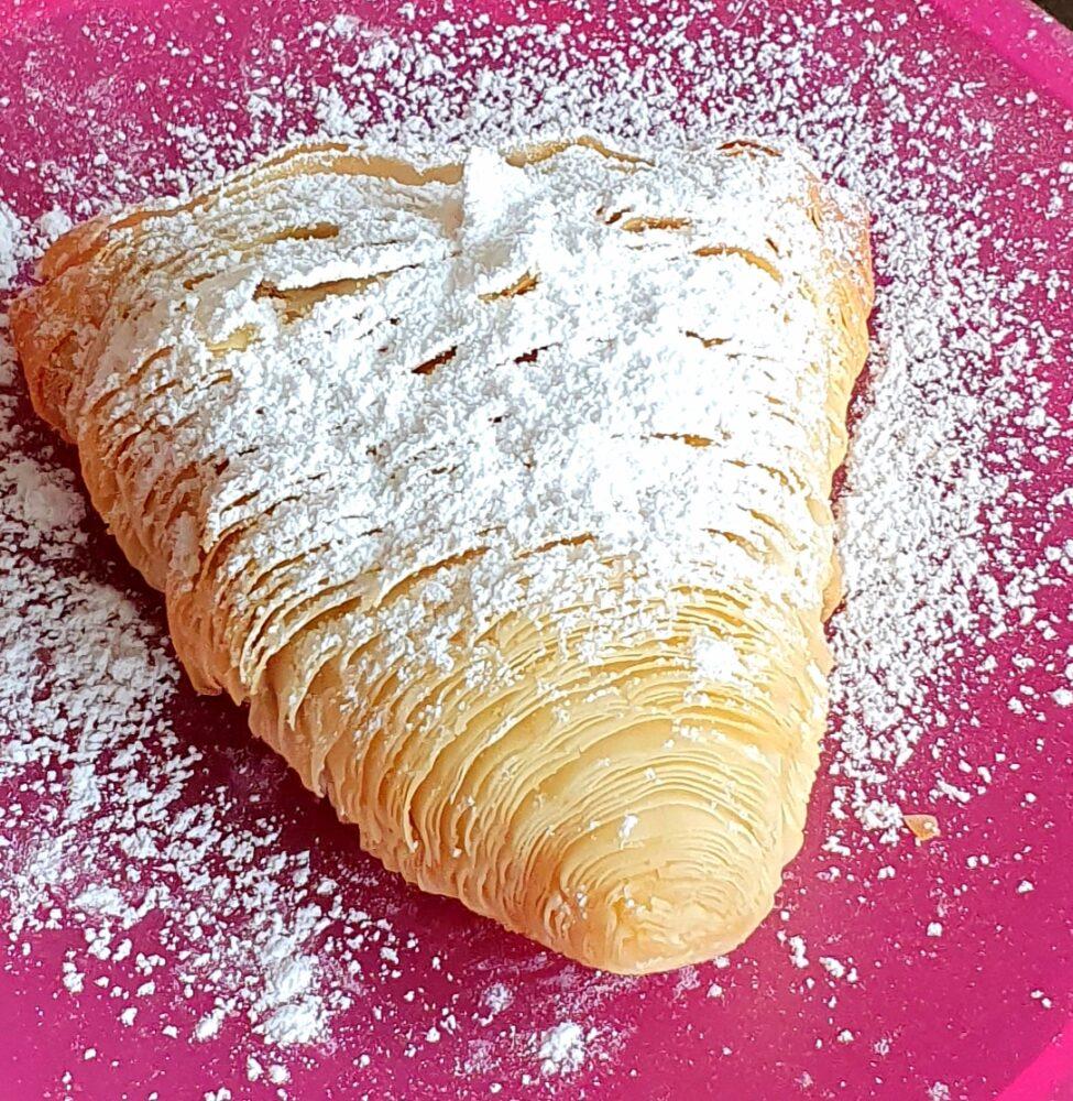 sfogliatella riccia di pasta fillo ( phyllo) con zuccher oal velo