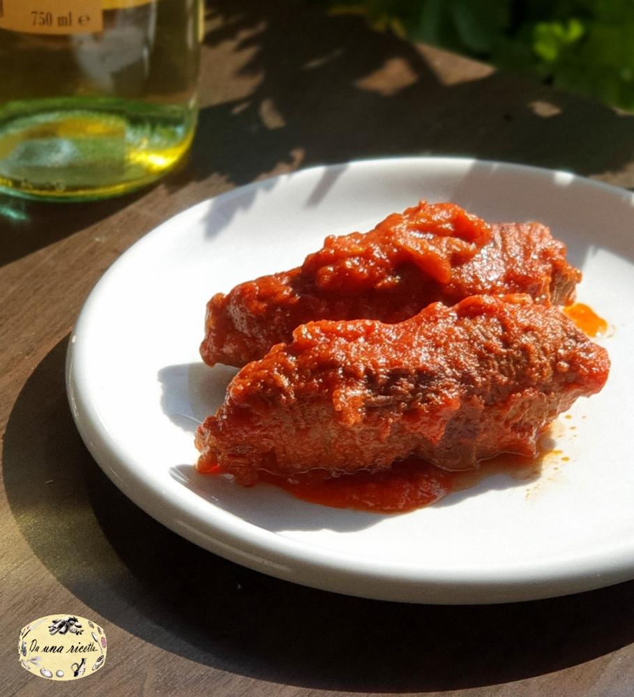 Involtini di carne alla romana al sugo di pomodoro nel piatto