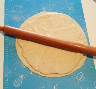 stesura della pasta della pizza sulla pasta sfoglia