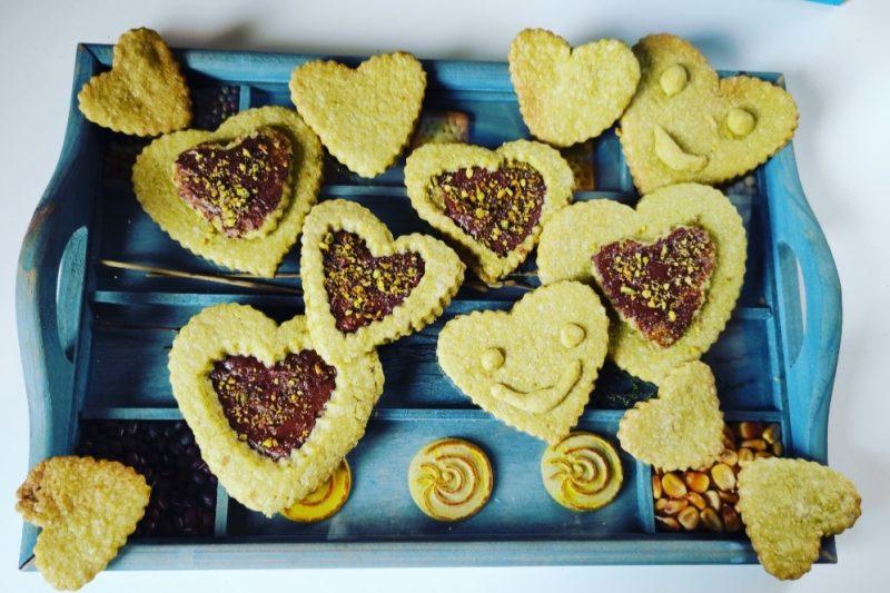 Biscottini a forma di cuore al tè matcha